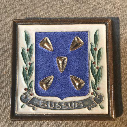 Cloisonné-tegel Porceleyne Fles Delft - wapen Bussum