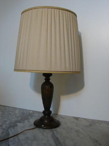 Tafellamp met antieke houten voet