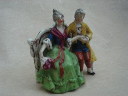 Porseleinen paar op bank ± 1880