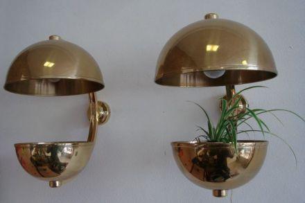 Twee wandlampen met planthouder