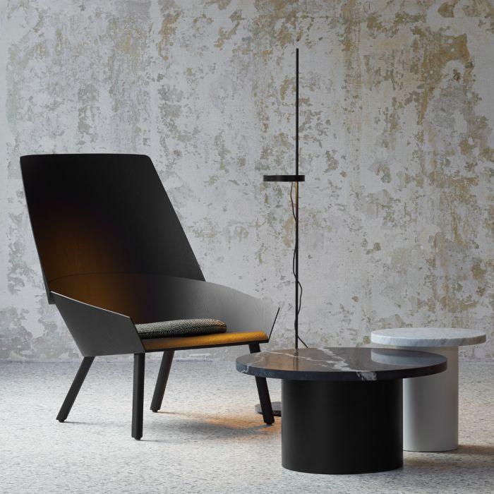 e15 fauteuil EC03 Eugene in zwart met vloerlamp Palo in de kleur zwart en bijzettafels Enoki in zwart en wit marmer